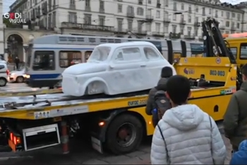 Una 500 di marmo in giro per Torino