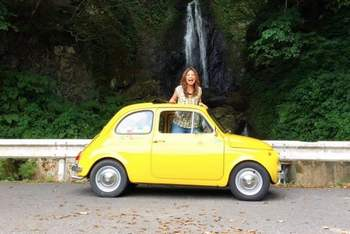 La fioraia giapponese innamorata della Fiat 500